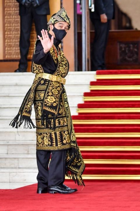 Warga Sabu Doakan Jokowi, Bupati: Itu Baju Adat Lambang Kesucian Hati