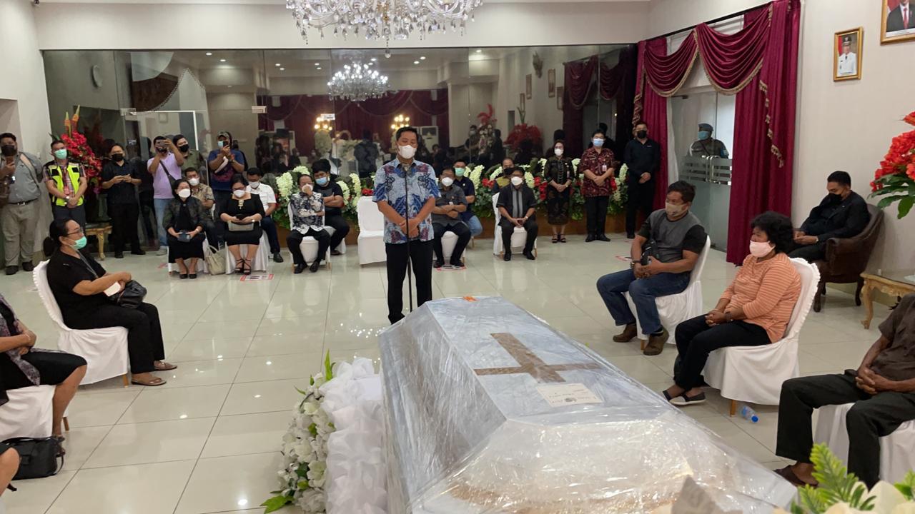 Disambut Wagub Sulut, Jenasah Wabup Sangihe Tiba di Bandara